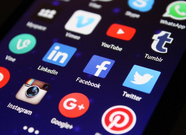 pantalla de un smartphone mostrando iconos de redes sociales. Señales sociales para google penguin SEO